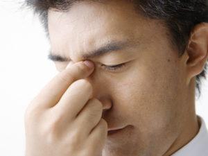 近くの物に焦点が合わず目が疲れている人
