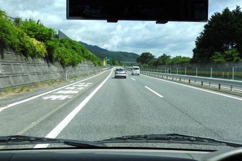 車の窓を流れる風景