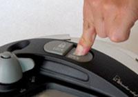 ワンダーシェフ圧力鍋オールのふたの開閉ボタン
