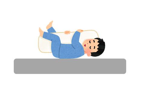 抱き枕を抱いて仰向けに寝ている人