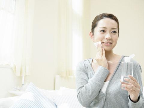 保湿成分の入っている美容液を使っている女性