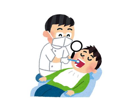 虫眼鏡で歯の治療をしている歯科医