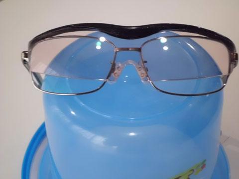 メガネの上からハズキルーペコンパクトをかけたところ