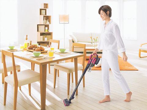 EC-AR2の自動エコモードを使用して効率的に掃除をしている場面