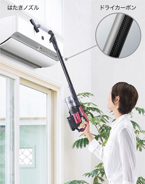 EC-AR2Sで高い所を片手で掃除している場面