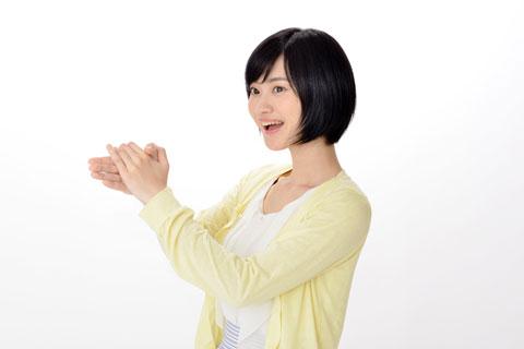 手のひらをこすっている女性