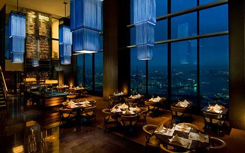 高級レストランのディナー会場