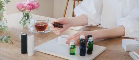 ソニーのアロマスティックのカスタムカートリッジへの香料をセッティングしている作業風景